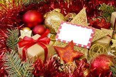 Lege Kerstkaart met giften, Kerstmanhoed en decoratie Stock Foto