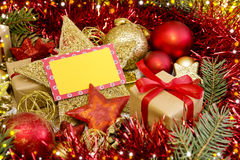 Lege Kerstkaart met giften, Kerstmanhoed en decoratie Royalty-vrije Stock Foto