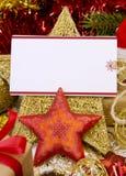 Lege Kerstkaart met giften, Kerstmanhoed en decoratie Stock Foto's