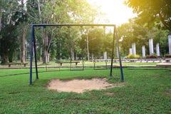 Lege kettingsschommeling in recreatief park met zonlicht stock fotografie