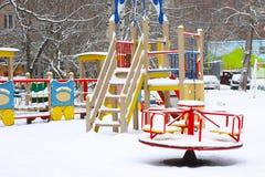 Lege kinderen` s speelplaats in sneeuw Royalty-vrije Stock Fotografie