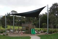 Lege kinderenspeelplaats bij park stock foto