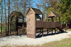 Lege kinderenspeelplaats in park Stock Afbeelding
