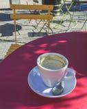 Lege Koffiekop met een Lepel bij de Zomer Stock Foto's