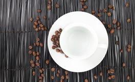 Lege koffiekop met koffiebonen stock afbeeldingen