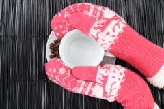 Lege koffiekop met koffiebonen en handschoenen stock foto's