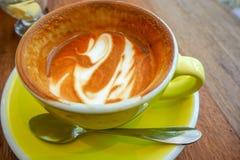 Lege koffiekop na drank op houten lijst Royalty-vrije Stock Fotografie