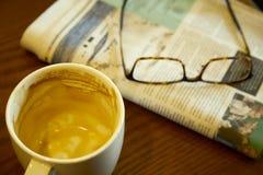 Lege koffiekop op de lijst stock foto