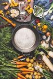Lege kokende pot en groenteningrediënten voor het koken, donkere stijl, hoogste mening royalty-vrije stock foto