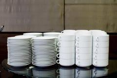 Lege kommen, platen, koppen voor buffet royalty-vrije stock afbeelding