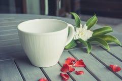 Lege kop en bloemen op houten lijst Royalty-vrije Stock Foto's