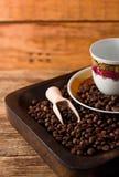 Lege kop en koffiebonen in houten dienblad stock afbeelding