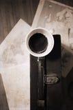 Lege kop koffie en oude suitcas Royalty-vrije Stock Afbeeldingen