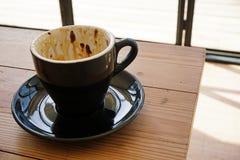 Lege kop van koffie op houten lijst Royalty-vrije Stock Fotografie
