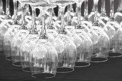 Lege koppen van wijn op een lijst in zwart wit Royalty-vrije Stock Foto's
