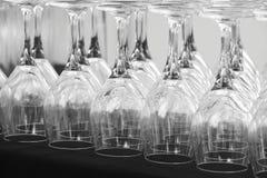 Lege koppen van wijn op een lijst in zwart wit Stock Fotografie
