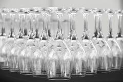 Lege koppen van wijn op een lijst in zwart wit Royalty-vrije Stock Afbeeldingen