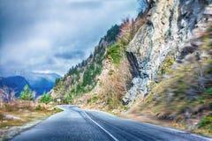 Lege krommeweg in bergachtig gebied, de aandrijving van de hoogtesnelheid bergaf royalty-vrije stock afbeelding