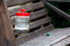 Lege kruik whith plastic dekking op een houten raad Royalty-vrije Stock Foto