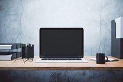 Lege laptop op het bureau stock foto