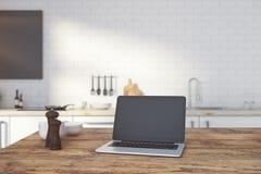 Lege laptop op keukenteller Stock Fotografie