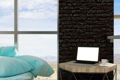 Lege laptop in woonkamer Stock Foto