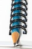 Lege lege ring, spiraalvormige blocnote, blauw potlood royalty-vrije stock fotografie