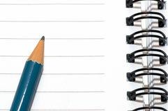 Lege lege ring, spiraalvormige blocnote, blauw potlood Stock Afbeeldingen