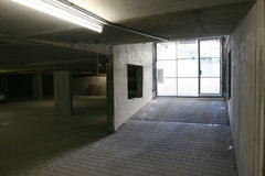 Lege lelijke garage stock foto