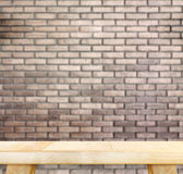 Lege lichte houten lijst en onduidelijk beeld rode bakstenen muur op achtergrond, Moc stock afbeeldingen