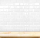 Lege lichte houten lijst en witte keramische tegelbakstenen muur in rug Royalty-vrije Stock Foto