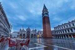 Lege lijsten en stoelen bij Piazza San Marco Royalty-vrije Stock Fotografie