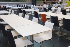 Lege lijsten en stoelen in snel voedselareea Stock Fotografie