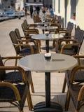 Lege lijsten en stoelen van een koffie in Cres Stock Fotografie