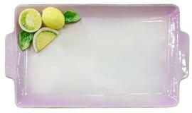 Lege lilac plaat met citroenen op witte achtergrond Stock Afbeeldingen