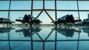 Lege lege luchthaventerminal met passagierszetels Stock Foto's
