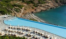 Lege luxe swimmig pool tegen ochtend. Royalty-vrije Stock Foto