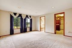 Lege mastherslaapkamer met purpere gordijnen Stock Afbeeldingen