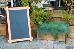 Lege menu adverterende raad en houten doos gras Stock Foto