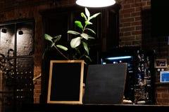 Lege menuraad op koffieachtergrond Leeg bord in barbinnenland Spot op het Menu van het Restaurantvoedsel met Bordachtergrond royalty-vrije stock foto's