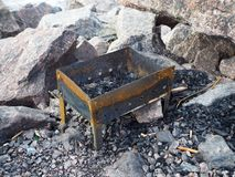 Lege metaalkoperslager voor het kamperen op de rotsen stock fotografie