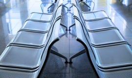 Lege metaalstoelen in luchthaven De foto van het wachtkamermeubilair Van de luchthavenvertrek of aankomst conceptenfoto stock foto's