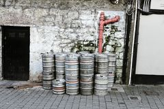 Lege metaalvaatjes buiten een bar in Ierland Ierland is gekend voor de biercultuur stock foto's