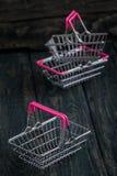 Lege Miniatuur het Winkelen Manden Stock Foto