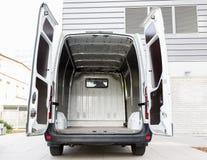 Lege minivan auto met open deuren op stadsparkeren Stock Afbeeldingen