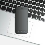 lege mobiele slimme telefoon op laptop Royalty-vrije Stock Afbeeldingen