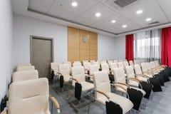 Lege moderne conferentiezaal in nieuw hotel Zaal voor opleiding, onderwijs, groepsklassen, examens Publiek voor Sprekers bij stock foto's