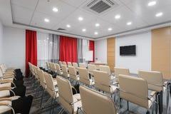 Lege moderne conferentiezaal in nieuw hotel Zaal voor opleiding, onderwijs, groepsklassen, examens Publiek voor Sprekers bij stock afbeelding
