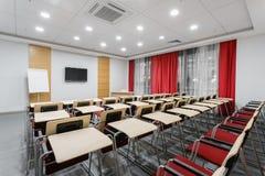 Lege moderne conferentiezaal in nieuw hotel Zaal voor opleiding, onderwijs, groepsklassen, examens Publiek voor Sprekers bij stock fotografie
