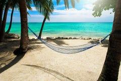 Lege netto hangmat bij tropische strandtoevlucht Royalty-vrije Stock Foto's